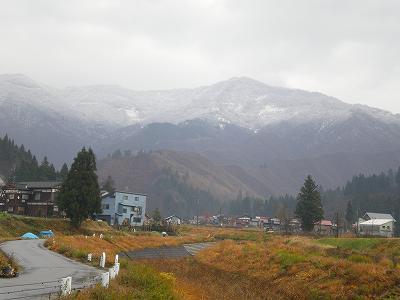 魚沼では、山が雪化粧