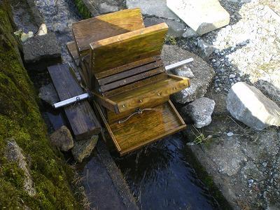 魚沼では、ガラ、ガラ、川で芋洗い