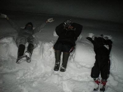 暗くなっても雪遊び