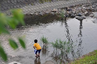 家の前で魚釣り